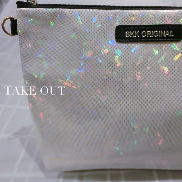 (無現貨)Bkk Original 泰國空運 正版 防潑水 三角 白 反光 亮亮 肩背包 側背包