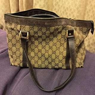 Gucci公仔包,保證真品。三成新,便宜賣。商品破損處已有照片在封面可看,其他部分都正常。不介意再發問。這種價錢請不要再挑毛病了。