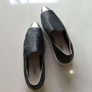 金屬尖頭鞋