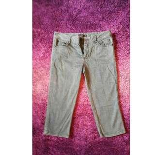 Nichii Faded Three-quarter Jeans