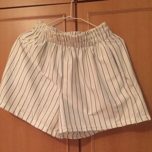 待匯-全新白色黑條紋短褲