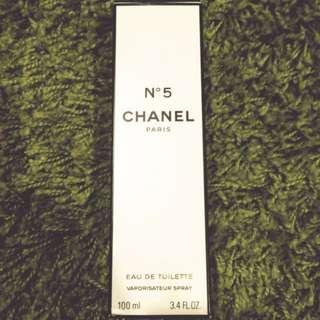 香奈兒N5。香水