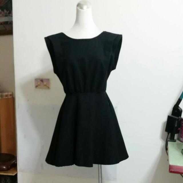露背黑洋裝