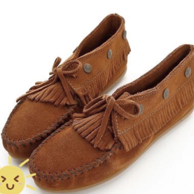 MINNETONKA 個性紅棕路麂皮流蘇铆釘短靴