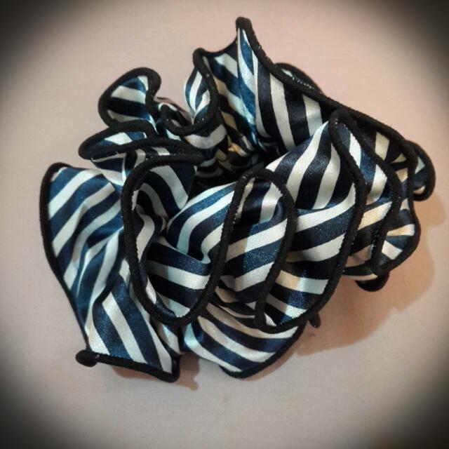 緞面條紋波浪 大腸圈 髮圈 (深藍)