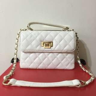 純白的小包包