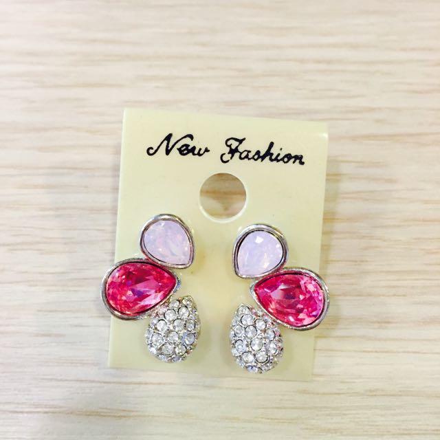 全新💕粉色水滴花瓣水鑽耳針