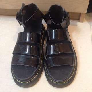 (保留中)‼️急售‼Dr. Martens 正版馬丁涼鞋,經典亮皮黑 UK5