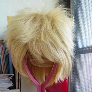 金黃短假髮