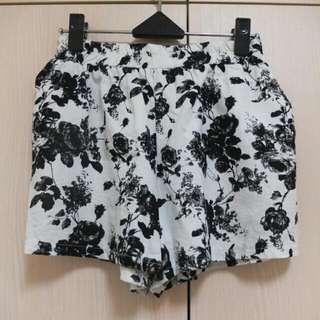 滿版黑白印花朵棉麻料短褲