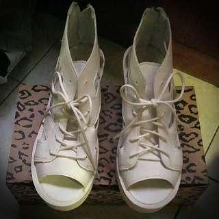 白色厚底鏤空涼鞋