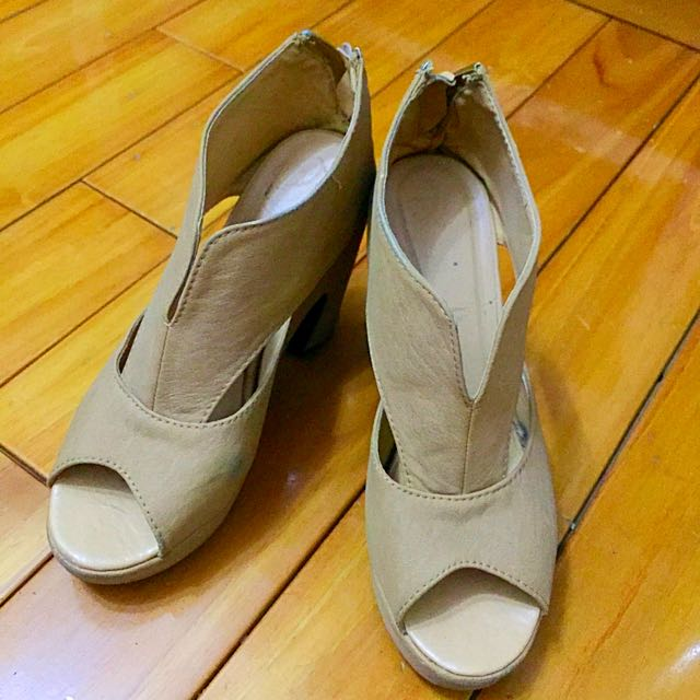 米色高跟鞋