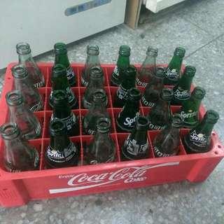 一整箱玻璃空罐和可口可樂箱