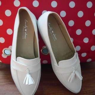 好好穿軟墊尖頭流蘇樂福小白鞋