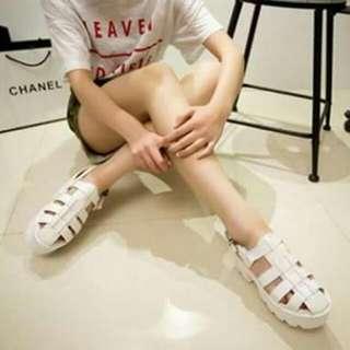 全新白色鞋子