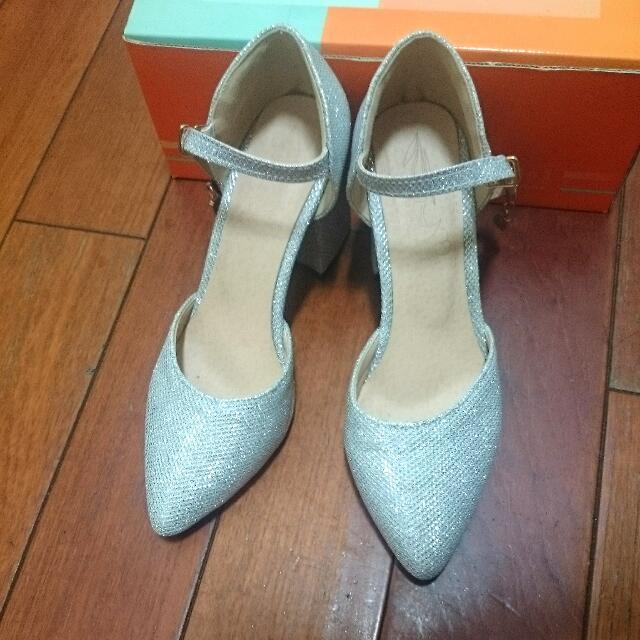 日本新宿帶回 銀白色尖頭8cm高跟鞋