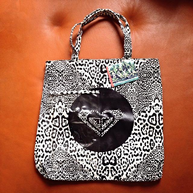 【ROXY 澳洲衝浪品牌】Getaway Bag TRLBG781 黑白豹紋肩背手提袋/印花沙灘包