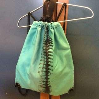 脊椎 湖水綠 後背包 束口袋 bug-eyed 台灣設計師
