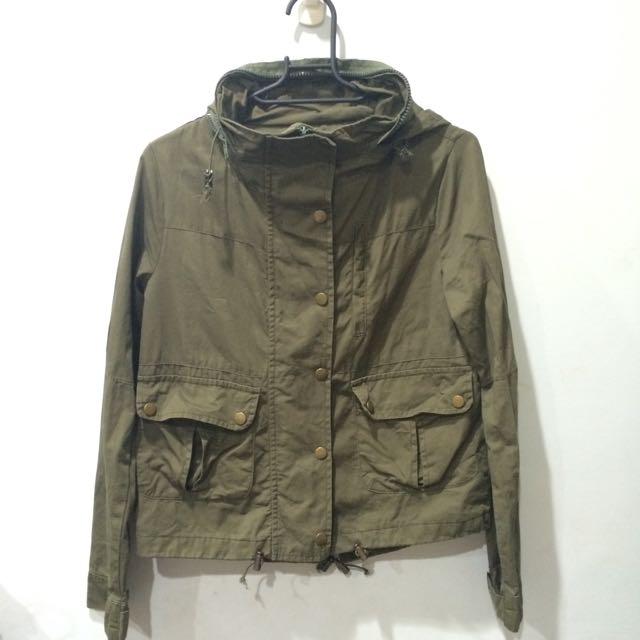 短版軍綠薄風衣外套