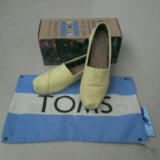 Toms 鵝黃色