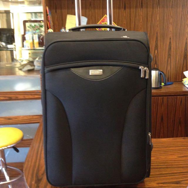 黑色品牌旅行箱98成新22~24吋拉鍊拉開可加大兩吋 材質真的很好 特價出清