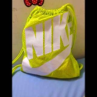 Nike螢光黃束口包