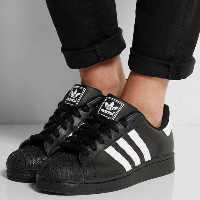 adidas superstar (comes in white too)
