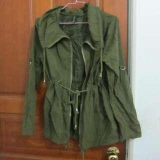 軍綠拉鍊外套