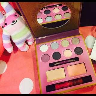 Essence Party look Makeup Box 彩妝盒 9.9成新 內含 眼影 唇蜜 腮紅 修容 歡迎洽談 台北 新竹 可面交 只有眼影試色過 其他全新