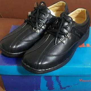 【破盤價$1500含運】全新男休閒鞋,原價$2880。