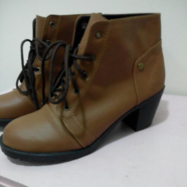 棕色綁帶粗跟靴