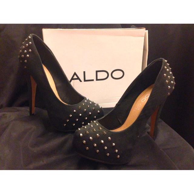 每個女孩兒都應該要有的一雙< ALDO 前後鉚釘高跟鞋>