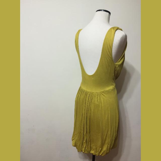 芥末黃大V領花苞裙設計外搭裙
