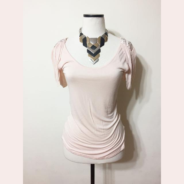 淺粉色肩飾薄料上衣