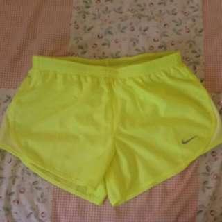 Nike 亮黃 運動短褲 買就送