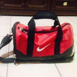 Nike 圓筒旅行袋