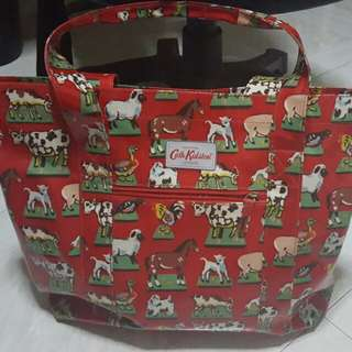 Cath Kidston Bag... Pre Loved  Conditions:  10/10 Bought Less Than A Month, Use Less Than 3 Times...  I Might Throw In Free Gifts If Buyer Is Nice: )  Low Ballets Will Not Be Entertain: )  100% Authentic   Selling As It Was An Impulse Buy