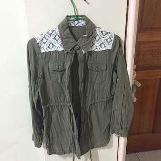 軍綠色襯衫