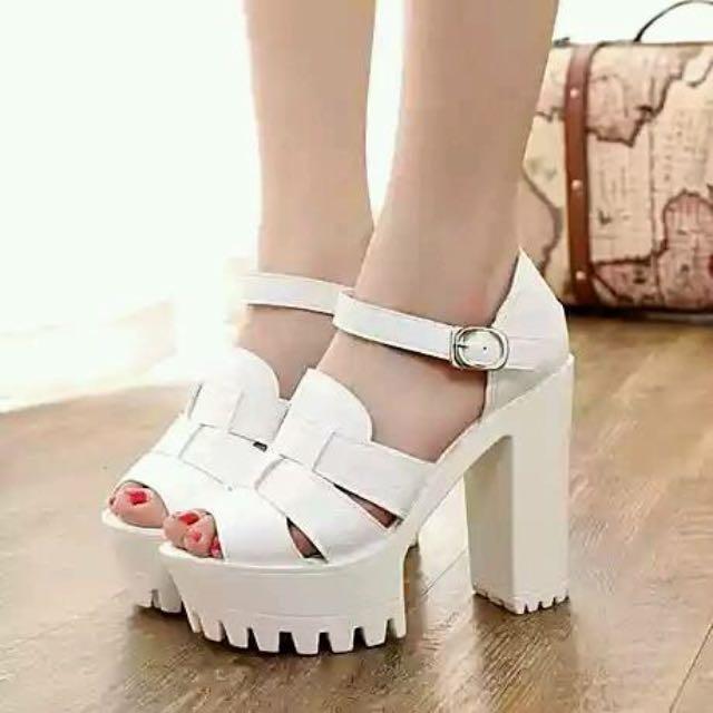 白色粗跟鞋