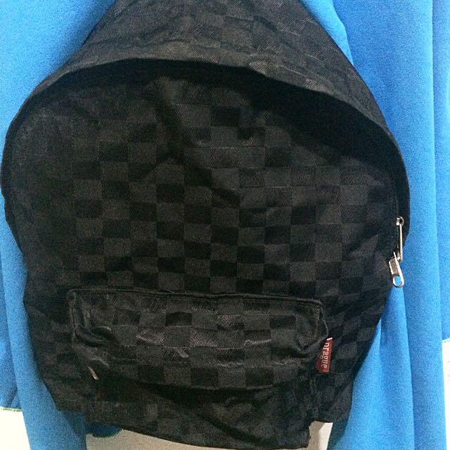 黑色方格後背包