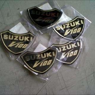Logo dada depan Suzuki V100