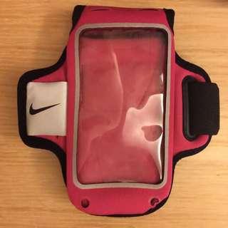 Nike運動手機臂袋。適用手機長14cm*寬7cm機型。僅有使用過兩次,因我換了大螢幕手機,故割愛轉賣