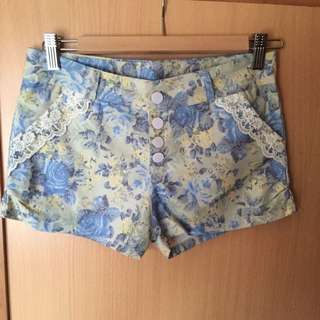 淺色碎花拼接蕾絲排扣短褲