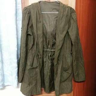 軍綠腰部抽繩風衣外套