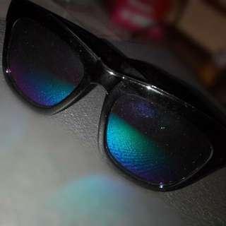 黑色粗框反光墨鏡