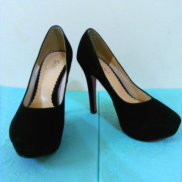 性感紅底細跟黑色絨質高跟鞋
