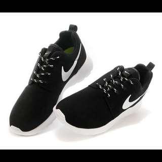 現貨 Nike Rosherun 輕跑鞋 跑步鞋 (麂皮白勾 )男女款