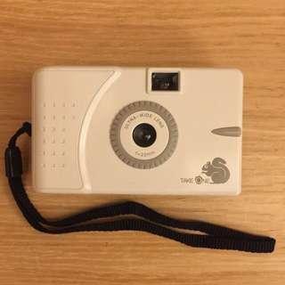 (九成新)LOMO機Take One Ultra Wide & Slim松鼠底片機。輕巧、拍攝效果佳,是初學者最佳選擇。
