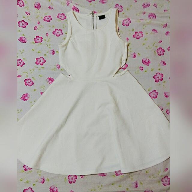 白色腰挖空洋裝