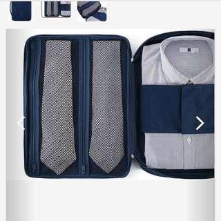 本款非常適合出差商務人士專用, 內附折疊板以固定襯衫避免皺摺 顏色:藏藍色 尺寸:36*26*5(cm)